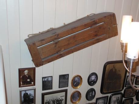 Min bestefar Nordahl Rødsands kjelke fra 1917 på veggen hjemme