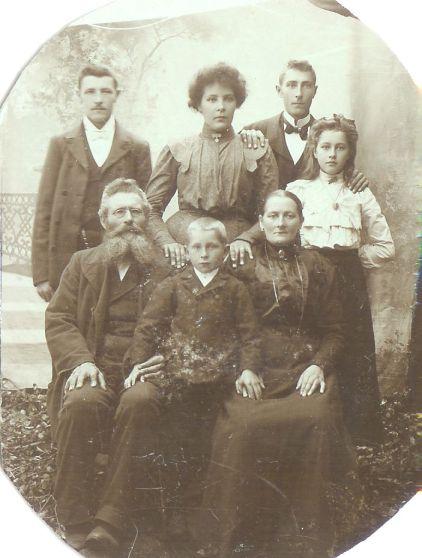 Min oldefar Jonas foreldre og søsken. Jonas er øverst til venstre