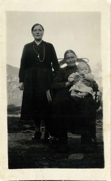 Christine sitter i (rulle)stolen med sin datter Adeleide. Ukjent barn på fanget.