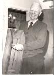 Bestefar Nordahl med kjelken han lagde i 1917. Bildet er fra 1973 og tatt av avisen Tiden Krav