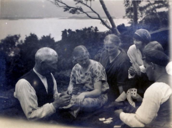 Piknikkdag. Min oldefar Ludvig spiller kort med sin familie.